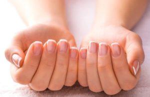 Apprenez à durcir et laissez vos ongles plus forts!