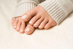 Soins des pieds: remèdes maison pour aider